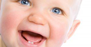 درآمدن دندان های شیری کودک